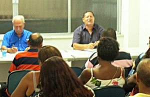 O companheiro ZéBaiano, presidente do SOAC, fala na assembleia